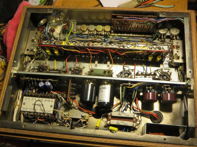 Lots of room underneath. Sansui did a beautiful job of arranging all the parts.